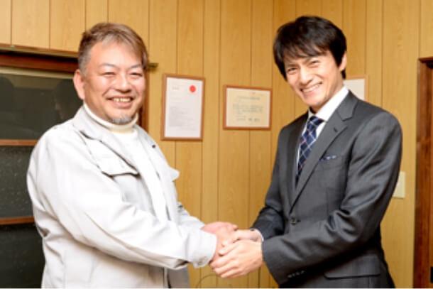 ゲスト俳優と握手する社長