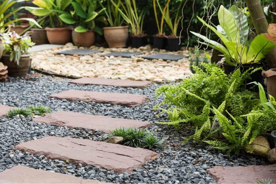 緑豊かな中庭アプローチ